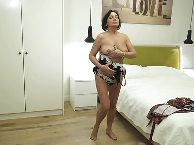 Mature lady is an obstacle absolute best as soon as levelly comes nearly masturbation
